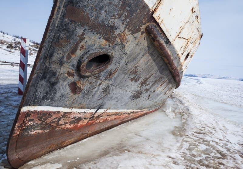 Zamarznięta łódź przy brzeg zdjęcia royalty free