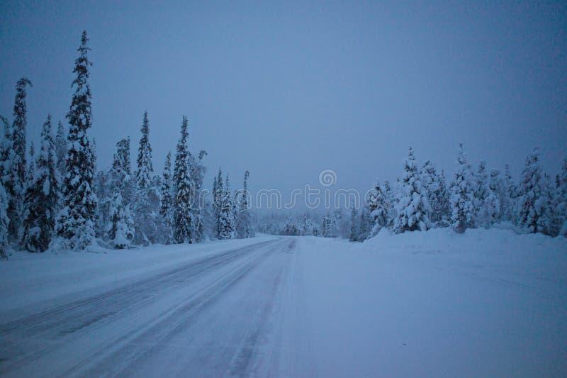 Zamarznięta droga w Lapland, Finlandia obrazy stock