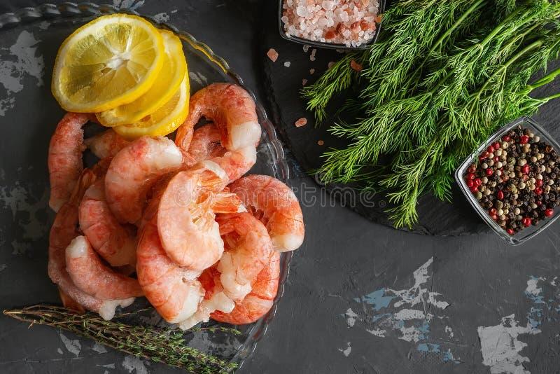 Zamarznięta garnela przygotowywa dla gotować Garnela z pikantność cząberu cytryna barwiącym koperem, pieprzową morze solą i karmo obrazy royalty free