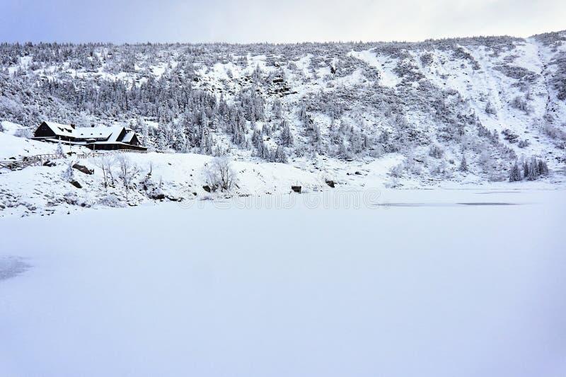 Zamarznięta jeziora i góry buda w zimie w górach fotografia royalty free