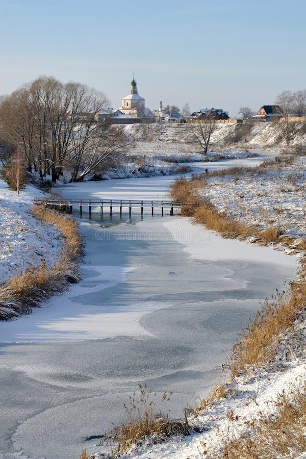 Zamarznięta Kamenka rzeka - zimy Suzdal krajobrazy zdjęcie royalty free