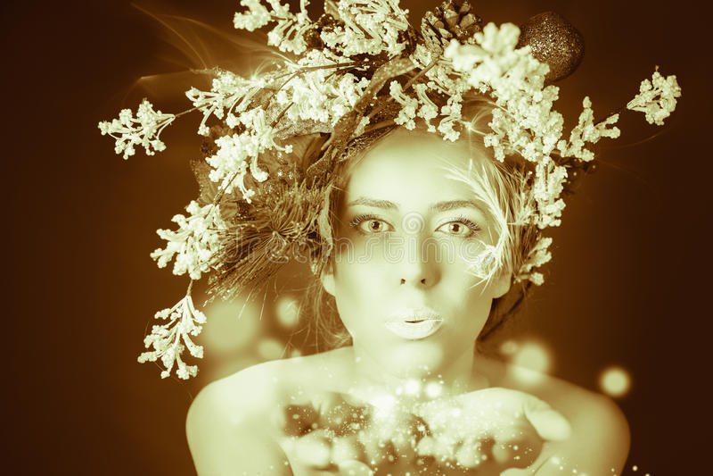 Zamarznięta kobieta z drzewną fryzurą i makeup przy bożymi narodzeniami, zima