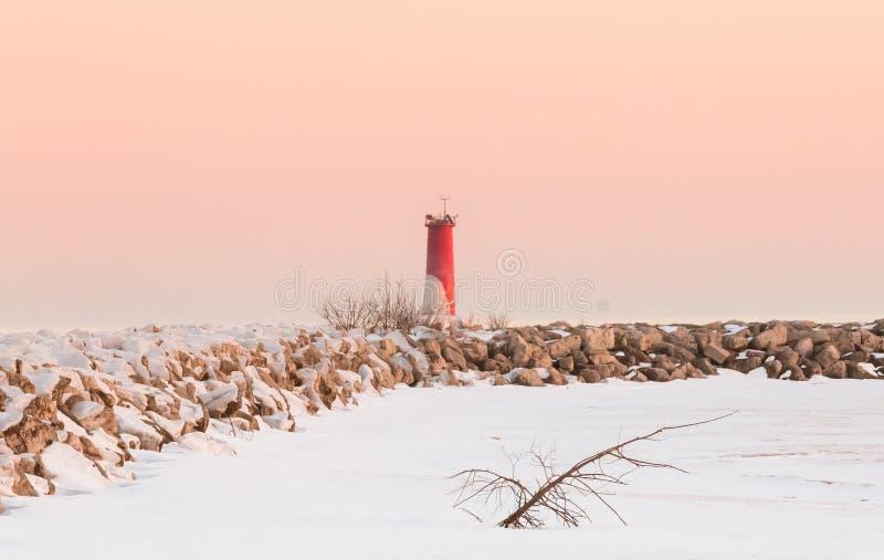 Zamarznięta latarnia morska przy półmrokiem, zimy krajobrazowa scena obraz stock