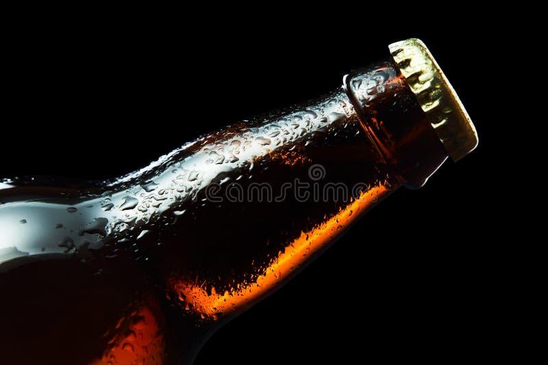 Zamarznięta piwna butelka odizolowywająca na czarnej, oszczędzonej ścinek ścieżce, obrazy royalty free