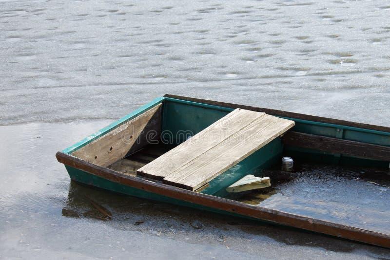 Zamarznięta rzeka i łódź obraz royalty free