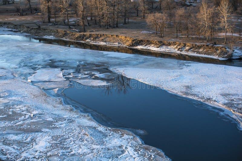 Zamarznięta rzeka w Mongolskim zima krajobrazie zdjęcie royalty free