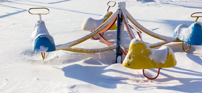 Zamarznięte sceny carousel w śniegu fotografia royalty free