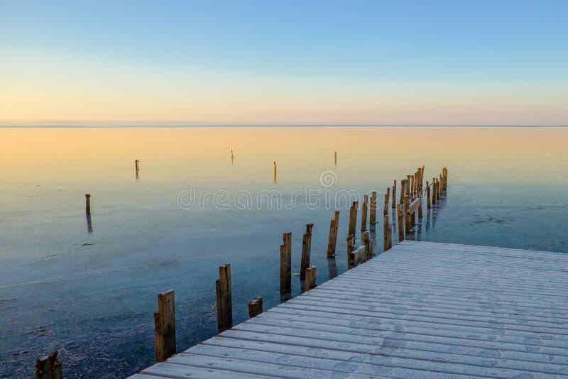 Zamarznięty łódkowaty dok na jeziorze zdjęcia royalty free
