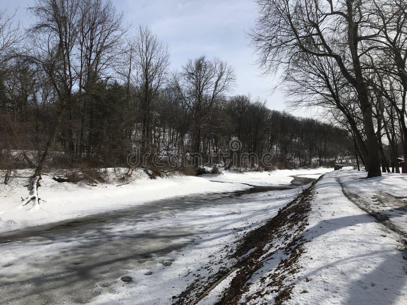 Zamarznięty śnieżny kanał wzdłuż strony Lehigh rzeczny Easton Pennsylwania zdjęcie stock