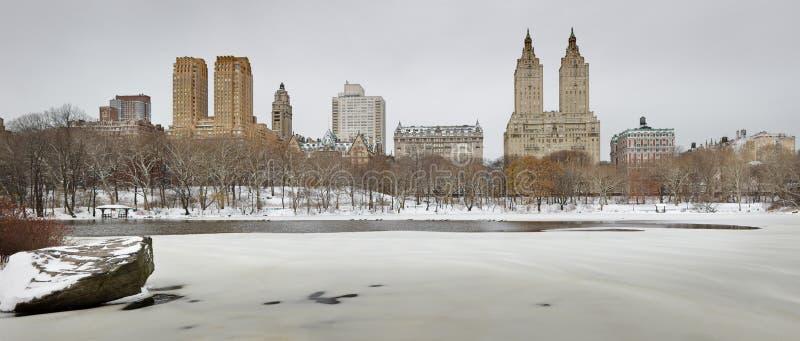 Zamarznięty Central Park jezioro z Manhatta zachodniej strony Górną linią horyzontu obrazy stock