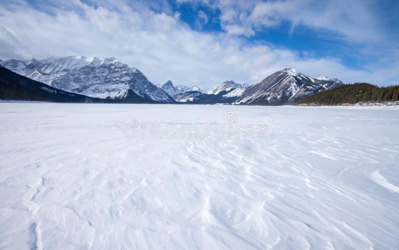 Zamarznięty Górny Kananaskis jezioro w Peter Lougheed prowincjonału parku obraz stock