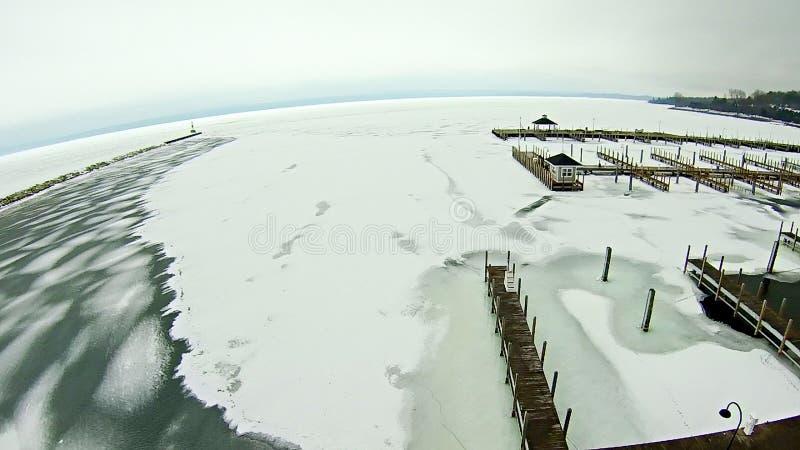 Zamarznięty jezioro michigan blisko petoskey nabrzeża marina zdjęcia royalty free