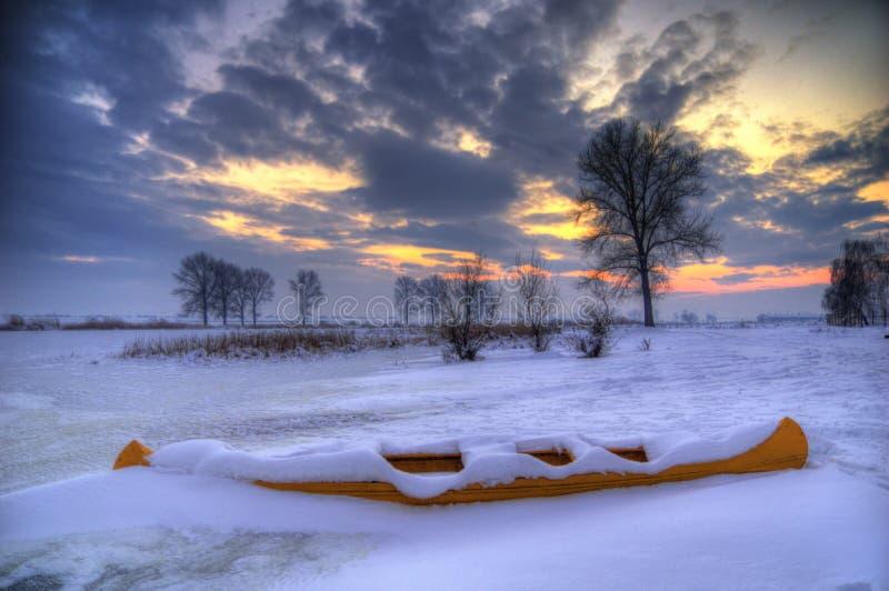 Zamarznięty jezioro z łodzią, Bułgaria, blisko Kostinbrod - zima obrazek obraz royalty free