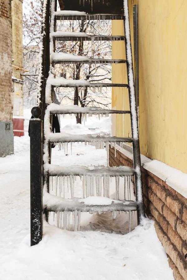 Zamarznięty metalu schody zakrywający z śniegiem i lodem zdjęcia royalty free