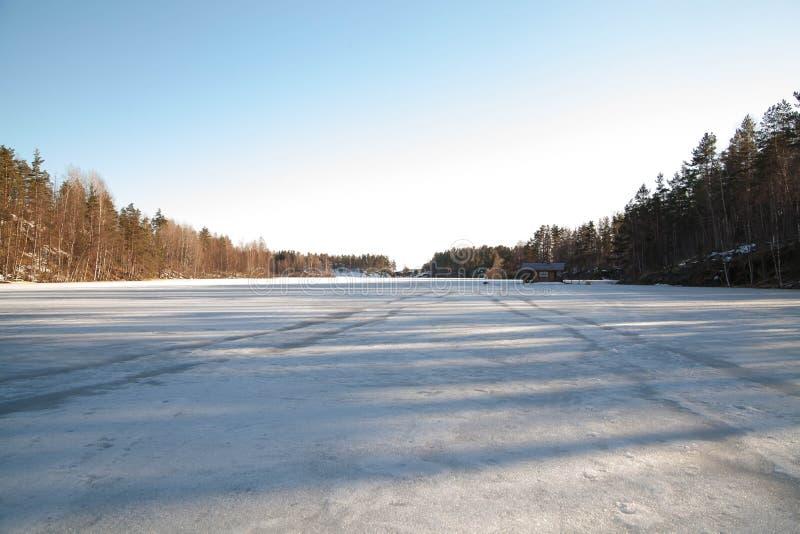 Zamarznięty stepowy rzeki zatoki krajobraz, wczesna wiosna, biały śnieg i błękit, zamrażamy zdjęcia stock