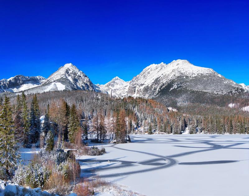 Zamarznięty Strbske Pleso Tarn, Wysoki Tatras, Sistani zdjęcie stock