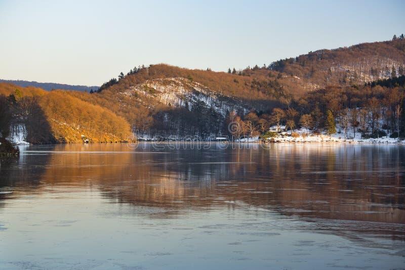 Download Zamarznięci Jeziorni Rursee Odbicia, Niemcy Obraz Stock - Obraz złożonej z kolor, zimno: 106911705