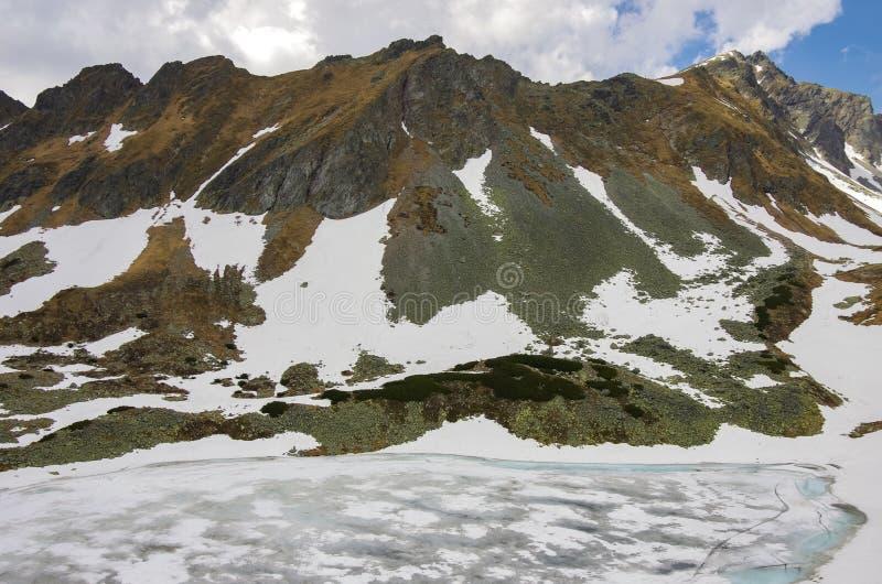 Zamarzni?ty jezioro w Wysokich Tatrza?skich g?rach fotografia royalty free