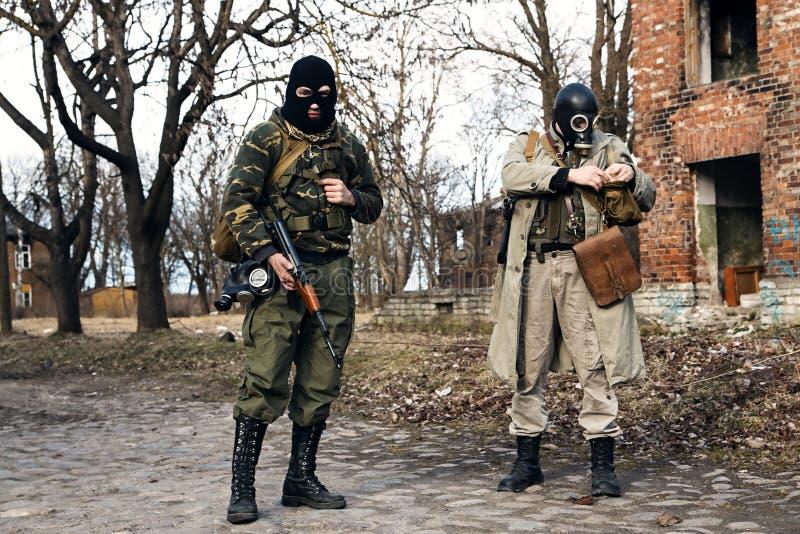 Zamaskowani bandyta przygotowywają atakować wioskę obraz stock