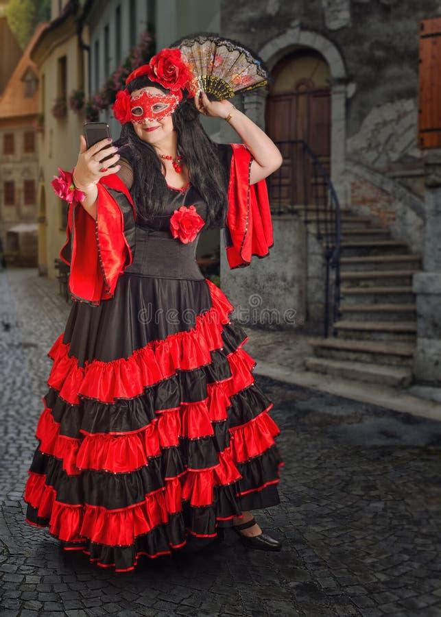 Zamaskowany Hiszpański tancerz bierze fotografię z telefonem zdjęcie royalty free