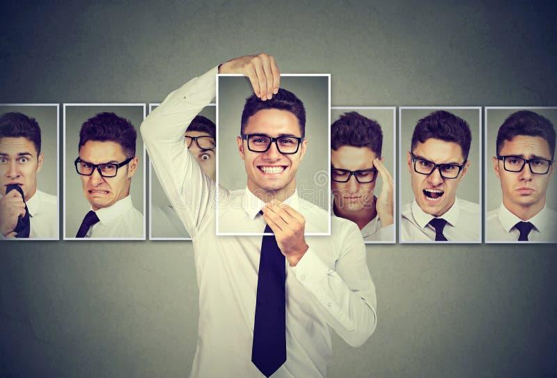 Zamaskowany młody człowiek wyraża różne emocje w szkłach obraz royalty free