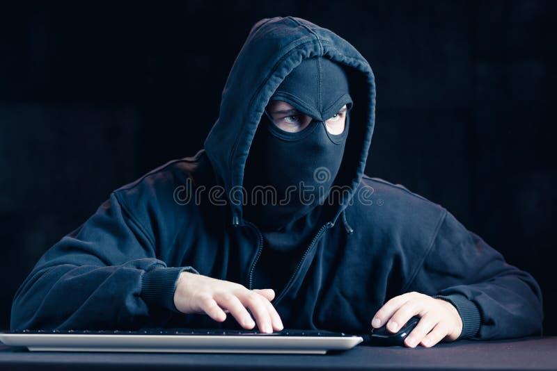 Zamaskowany niebezpieczny cyber szpieg obrazy royalty free