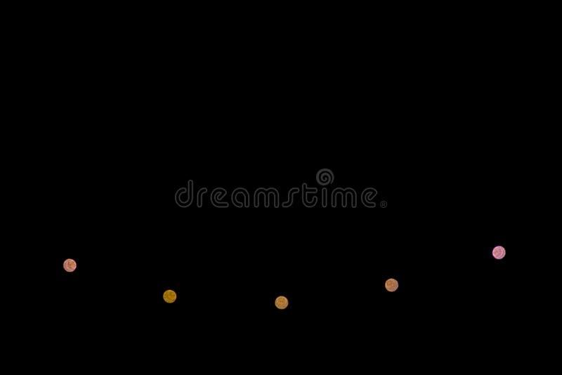 Zamazana światło girlanda na czarnym tle minimalista obraz stock
