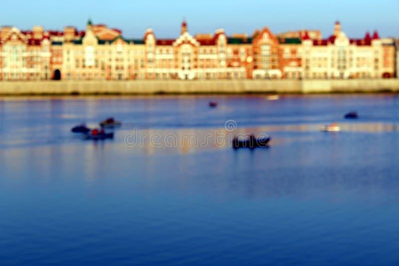 Zamazana fotografia ludzie w łodzi wodniactwo w mieście wzdłuż rzeki obraz stock