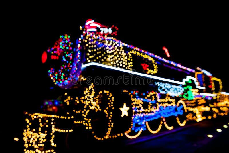 Zamazana parowego silnika lokomotywa dekorował z bożonarodzeniowe światła w San Antonio, Teksas obraz stock