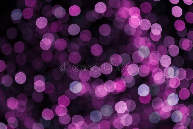 Zamazana purpurowa girlanda Miasto nocy światła plamy bokeh, defocused tło abstrakcjonistyczni świątecznej obrazów więcej mojego  zdjęcia stock