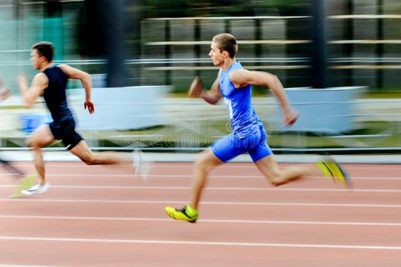 zamazana ruchu dwa szybkobiegaczów biegaczów mężczyzna bieg rasa w 200 metrach zdjęcie royalty free