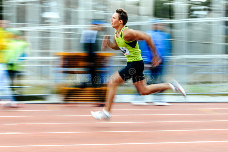 zamazana ruchu szybkobiegacza biegacza bieg mężczyzna rasa w 200 metrach obraz royalty free