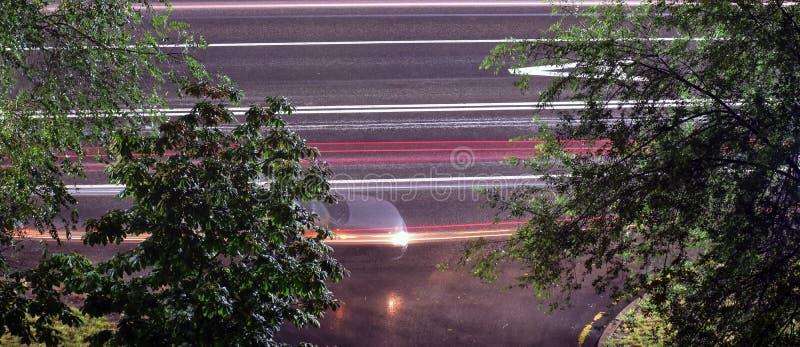 Zamazana samochodowa sylwetka na nocach ulicznych i fotografia royalty free