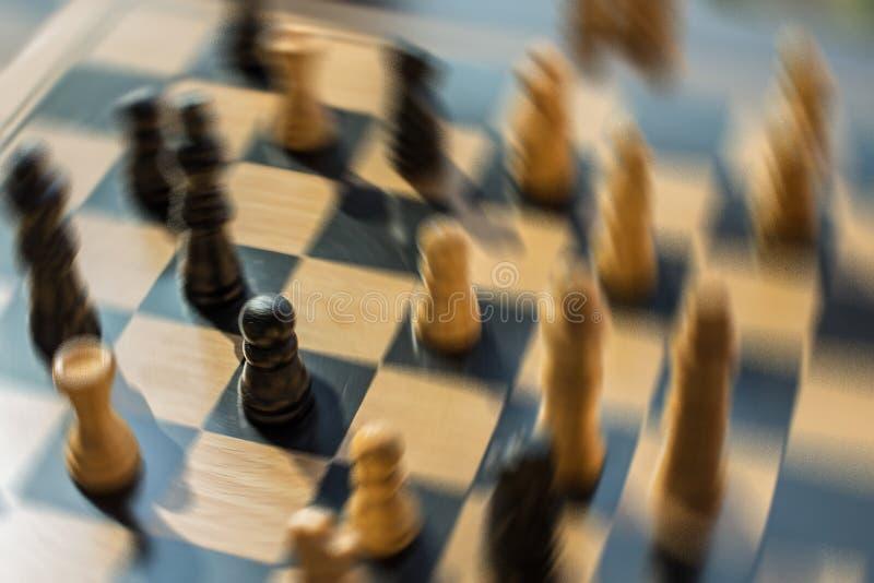 Zamazana strzału szachy bitwa z wszystkie ostrością na jeden pionku który jest obrazy royalty free