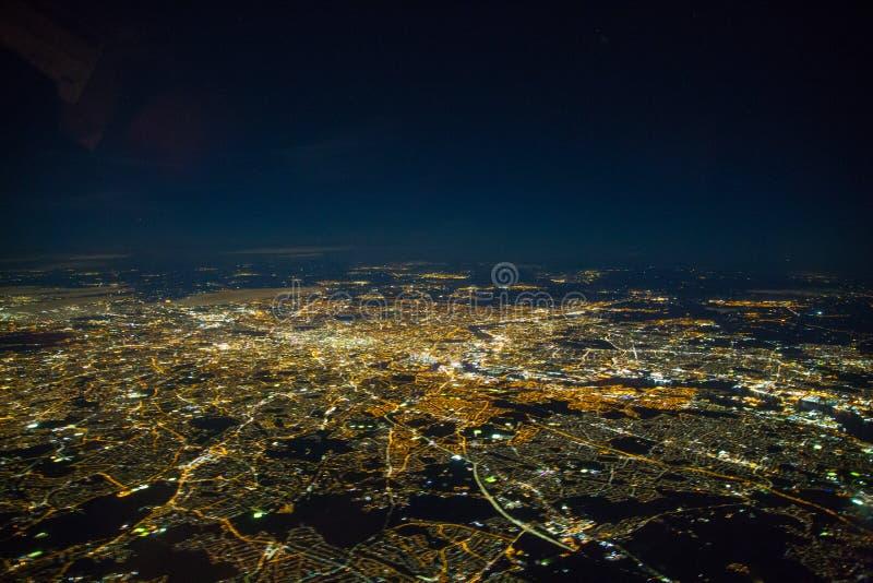 Zamazana zdolność widzenia w ciemnościach na Londyn - długi ujawnienie z odbiciami w okno obrazy stock
