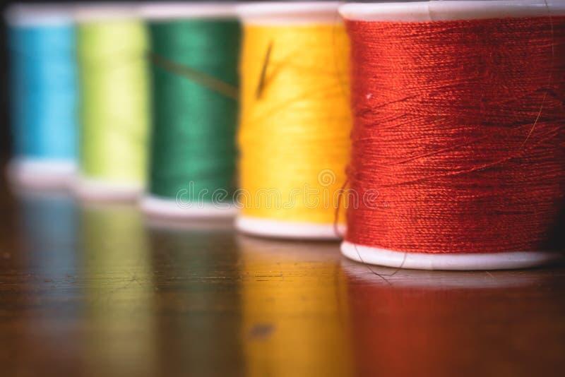 Zamazane żywe kolor nici bobin cewy, przemysłowy szwalny pojęcie projekt obrazy royalty free