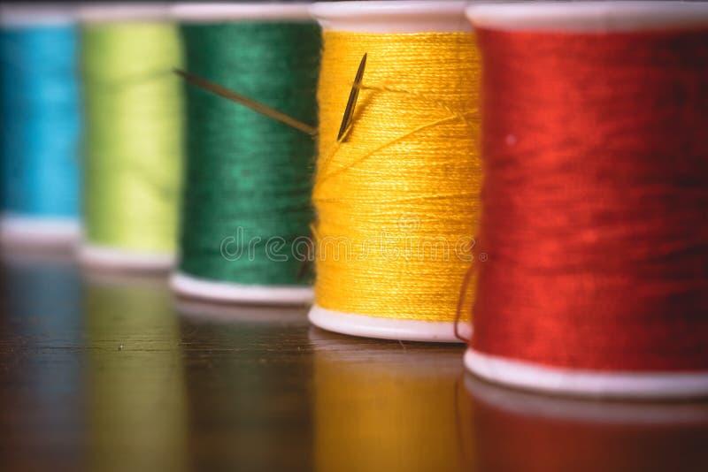 Zamazane żywe kolor nici bobin cewy, przemysłowy szwalny pojęcie projekt obrazy stock