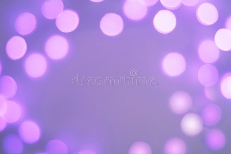 Zamazane purpury i błękit błyska świątecznego bokeh tło obrazy royalty free