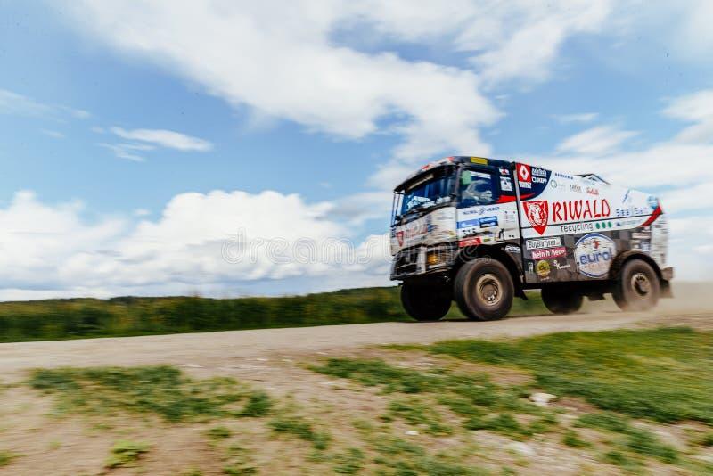 Zamazanego ruch ciężarówki wiecu Renault samochodowy napędowy niebieskie niebo nad on obrazy royalty free