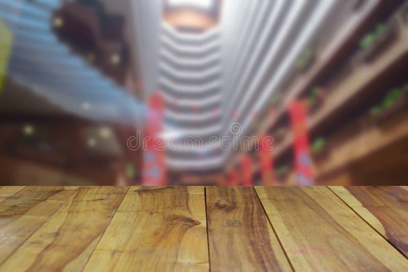Zamazanego wizerunku drewna stołowy i abstrakcjonistyczny wewnętrzny hotelu lobby backg zdjęcia stock