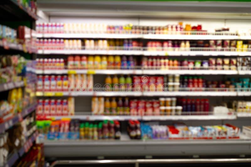 Zamazanej wizerunek różnicy ofdrinking jogurty, koktajle i napoje na półka pokazie z pomijać metkami przy, obraz stock
