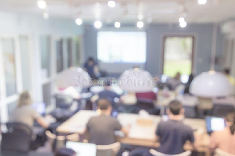 Zamazani ludzie konferencyjnych konwersatoriów w pokoju konferencyjnym zdjęcie stock