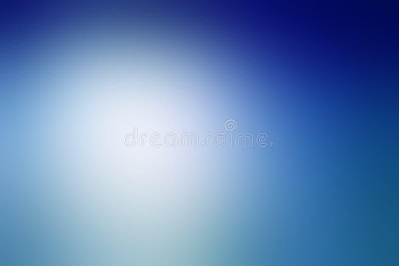 Zamazany błękitny tło z białym chmurnym centrum punktu i zmroku błękita granicy gradientowym projektem obrazy royalty free