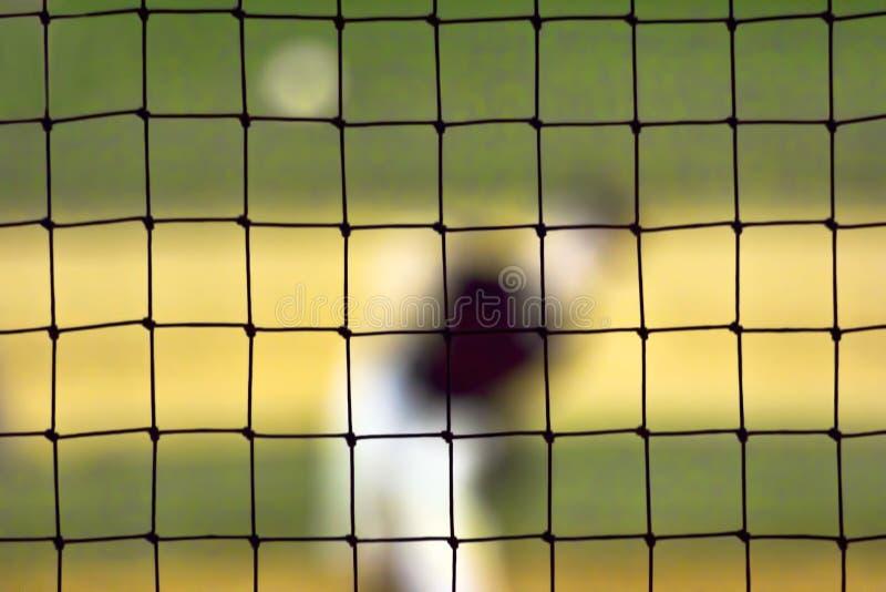 Zamazany baseballa miotacz Widzieć Przez siatkarstwa fotografia stock