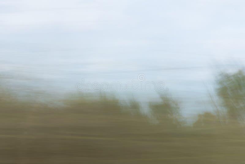 Zamazany krajobraz pokazuje smugi zieleń i błękit zdjęcia royalty free