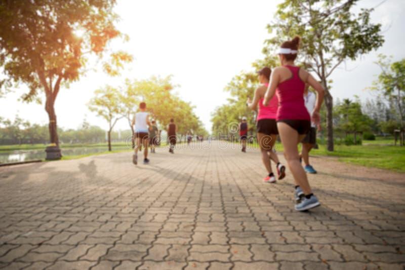 Zamazany pojęcie grupy ludzi bieg w parku zdjęcia stock
