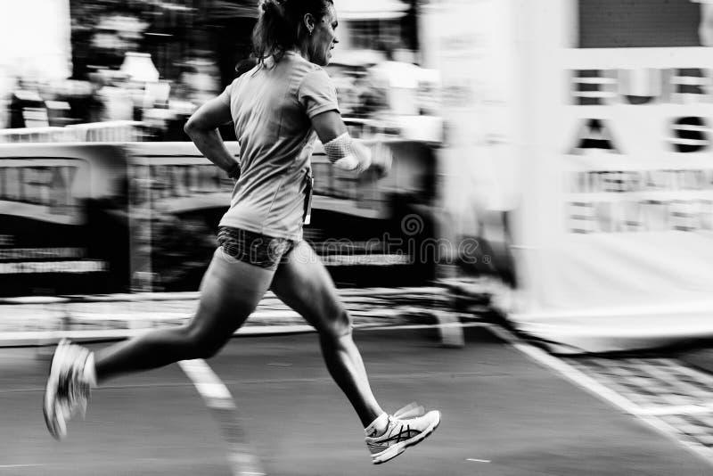 zamazany ruch kobieta biegacza bieg na ulicie zdjęcie royalty free