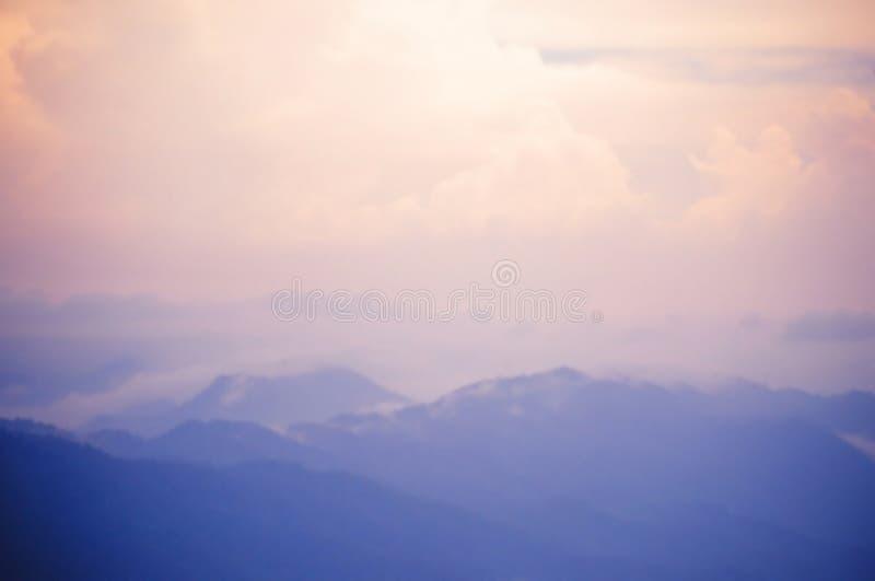 Zamazany tło błękitny menchii niebo i góra obrazy royalty free