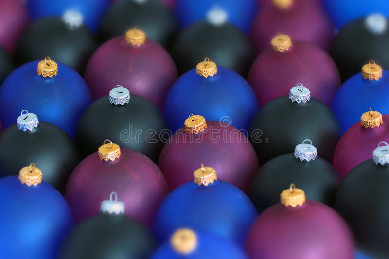 Zamazany tło czarne, błękitne i czerwone boże narodzenie piłki, obrazy stock