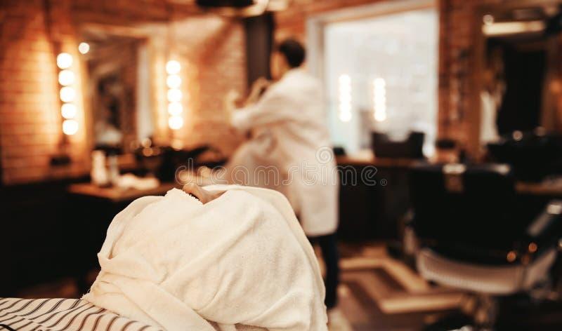 Zamazany tło fryzjer i włosiany salon, fryzjera męskiego sklep dla mężczyzn fotografia stock